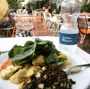 gemuese-veganes-gericht mit infused water