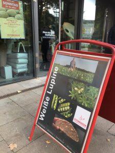 Lupinenplakat für Lupinenbrot vor der Bio-Bäckerei am Hamburger Dammtor
