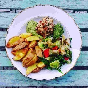 Gemüseteller mit Kartoffeln und Salat