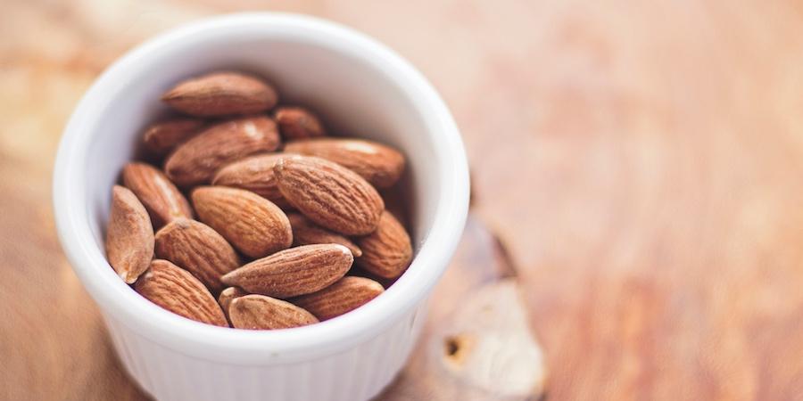 veganes-proteinpulver-schüssel-mit-mandeln