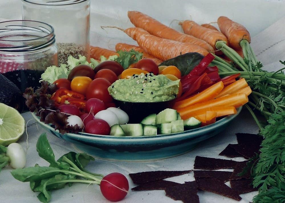 Rohkost-Rezepte-Rohkostteller-mit-Avocado-Dip-1 2